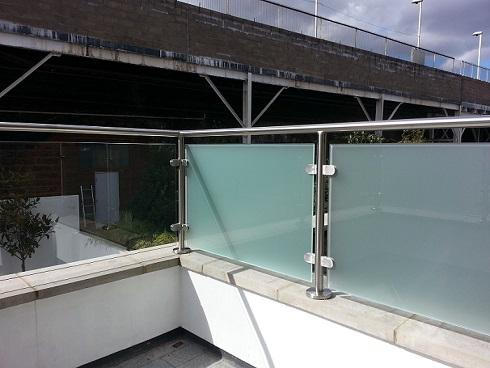 Modular-Railing-System-with-10mm-Privacy-Glass
